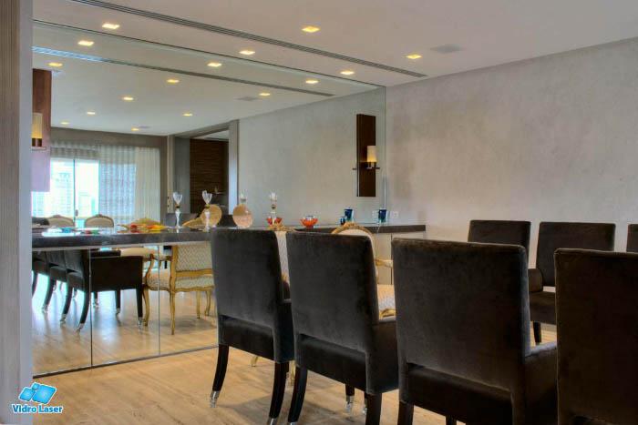 Espelhos Decorativos Modelos Usos E Conserva O Vidro Laser -> Sala De Jantar Com Espelho Na Parede